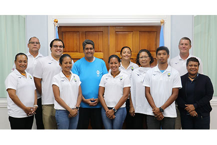 パラオ大統領 スランゲル・ウィップス・Jr(写真中央青Tシャツ)